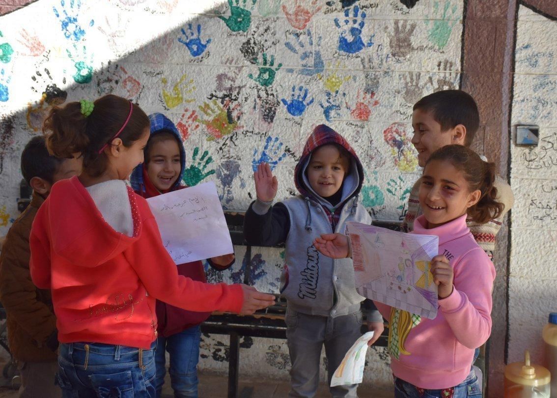 Kinder spielen mit Handfarben.