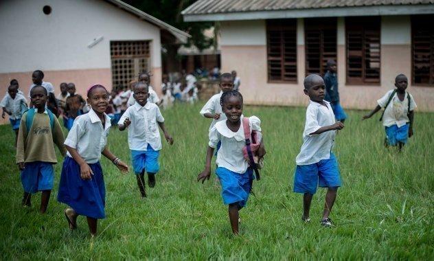 Afrikanische SOS-Kinderdorf Kinder auf dem Weg zur Schule.