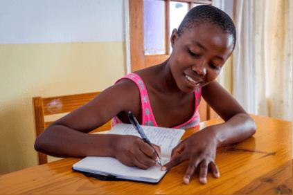 Voller Tatendrang lernt Zula für ihr Tourismus-Studium