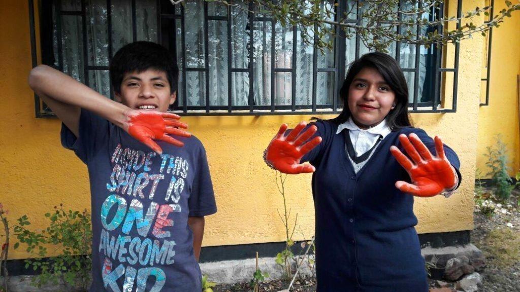 Kinder aus Mexiko nehmen aus Solidarität am Red Hand Day teil.