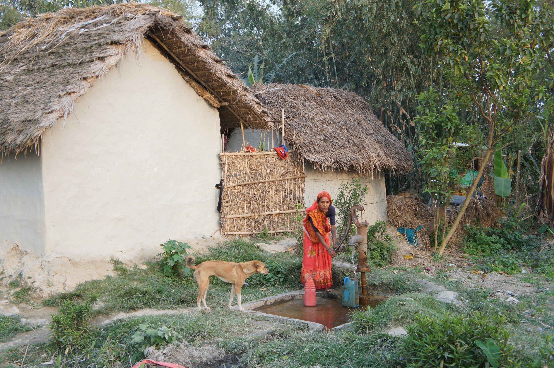 La construction de pompes manuelles permet aux familles de Sunsari d'accéder à l'eau douce.