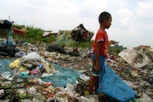 Millionen Kinder schuften unter unmenschlichen und gefährlichen Bedingungen wie hier auf der Müllhalde in Medan, Indonesien.