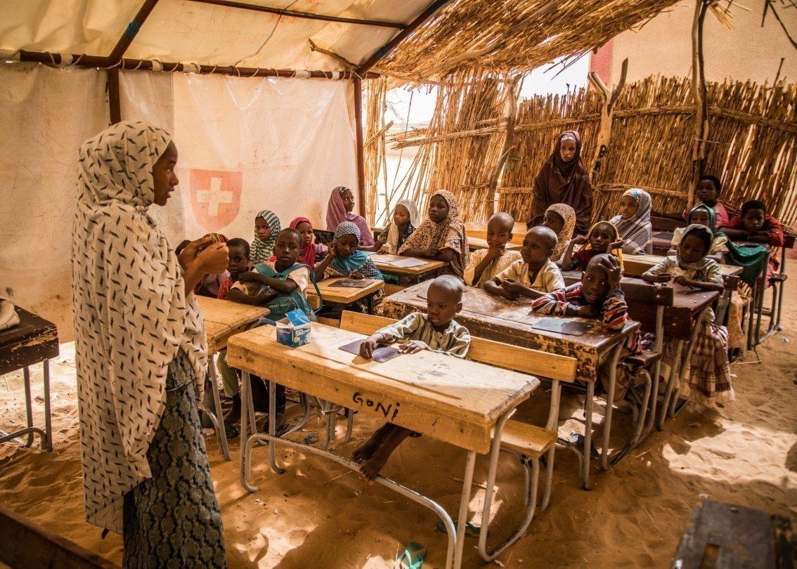 Eine Schulklasse aus Äthiopien hört der Lehrerin zu.