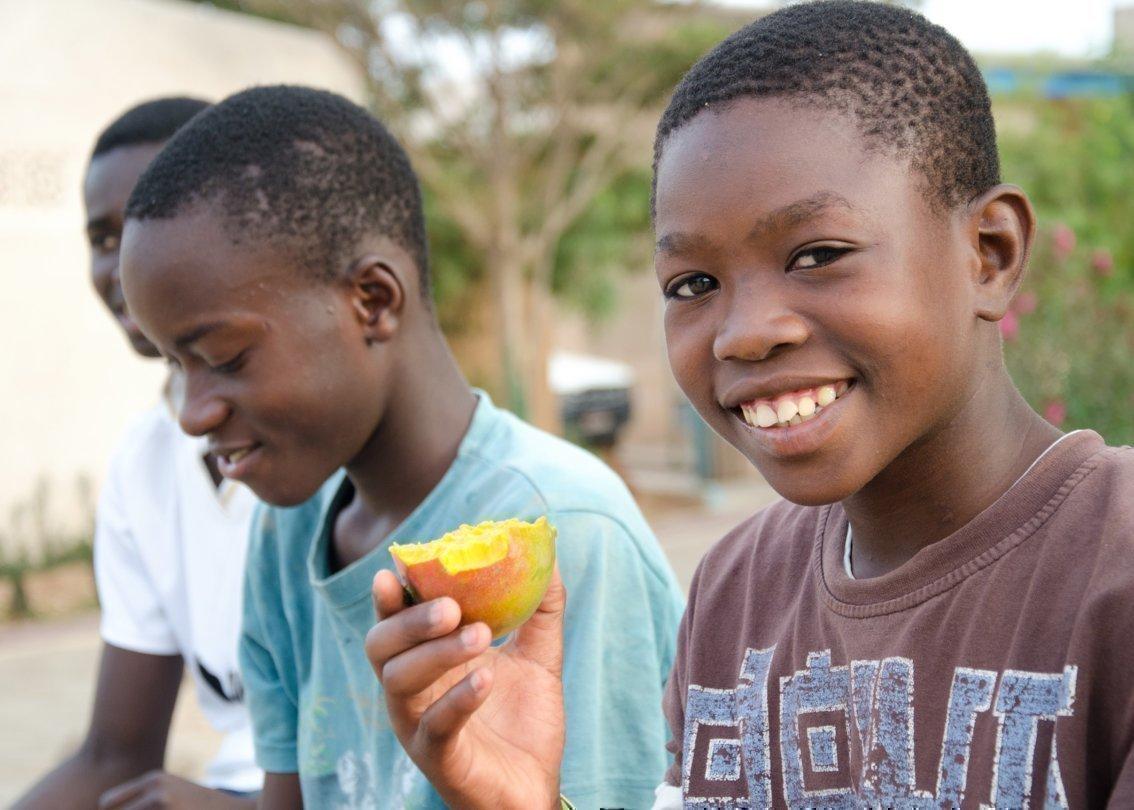 Ein Kind isst Obst.