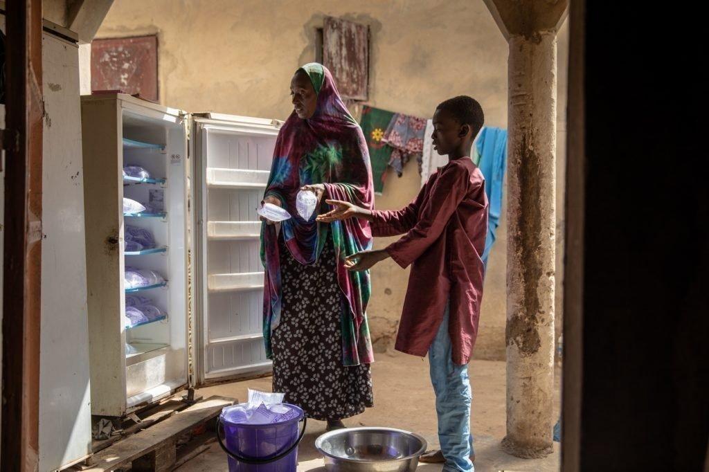 Oumarou hilft seiner Mutter.
