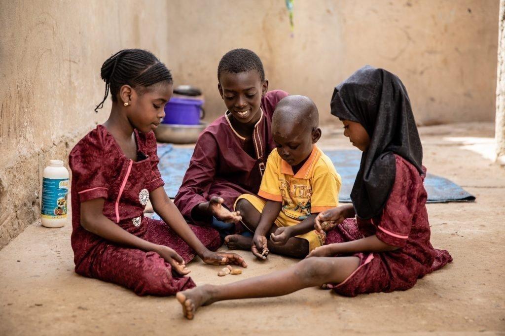 Oumarou zusammen mit seinen Geschwistern