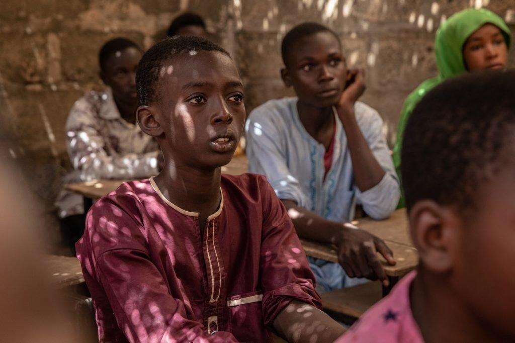 Oumarou lernt in der Schule