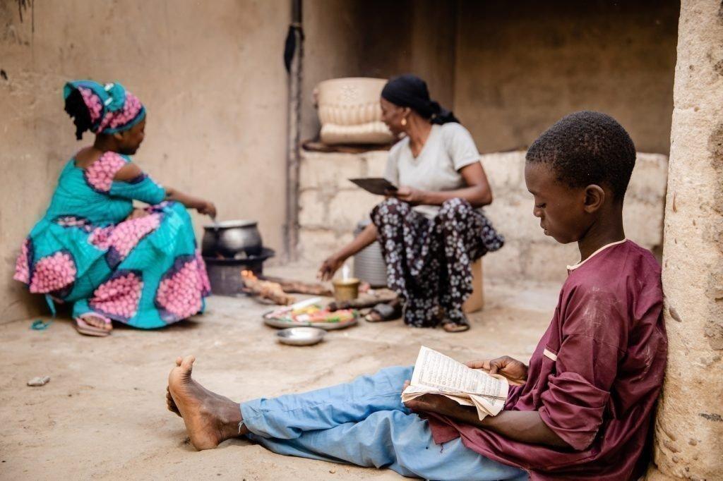 Oumarou am Hausaufgaben machen.