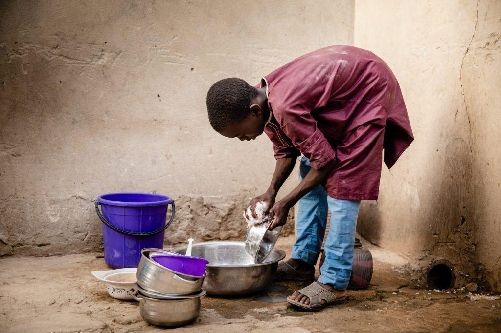 Oumarou hilft im Haushalt