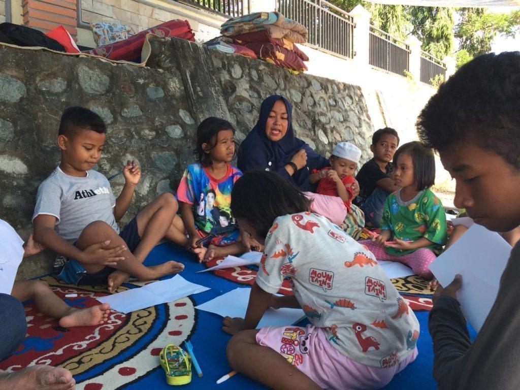 Familien sind mit ihren Kindern vereint. In den Nothilfe-Kitas können Kinder spielen.
