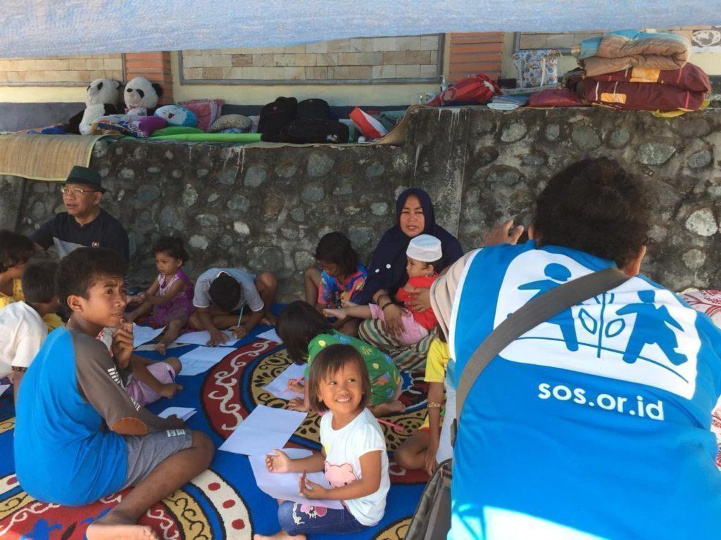 Ein SOS-Kinderdorf Mitarbeiter aus Indonesien hilft im Katastrophengebiet Sulawesi.