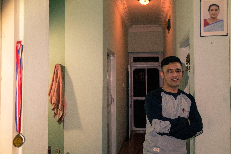 Suresh Pudel hat in seiner Wohnung ein Bild seiner SOS-Mutter aufgehängt. Fast jede Woche geht der Banker sie besuchen.