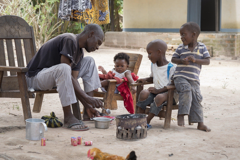 La vita quotidiana delle famiglie nonostante il grande pericolo.