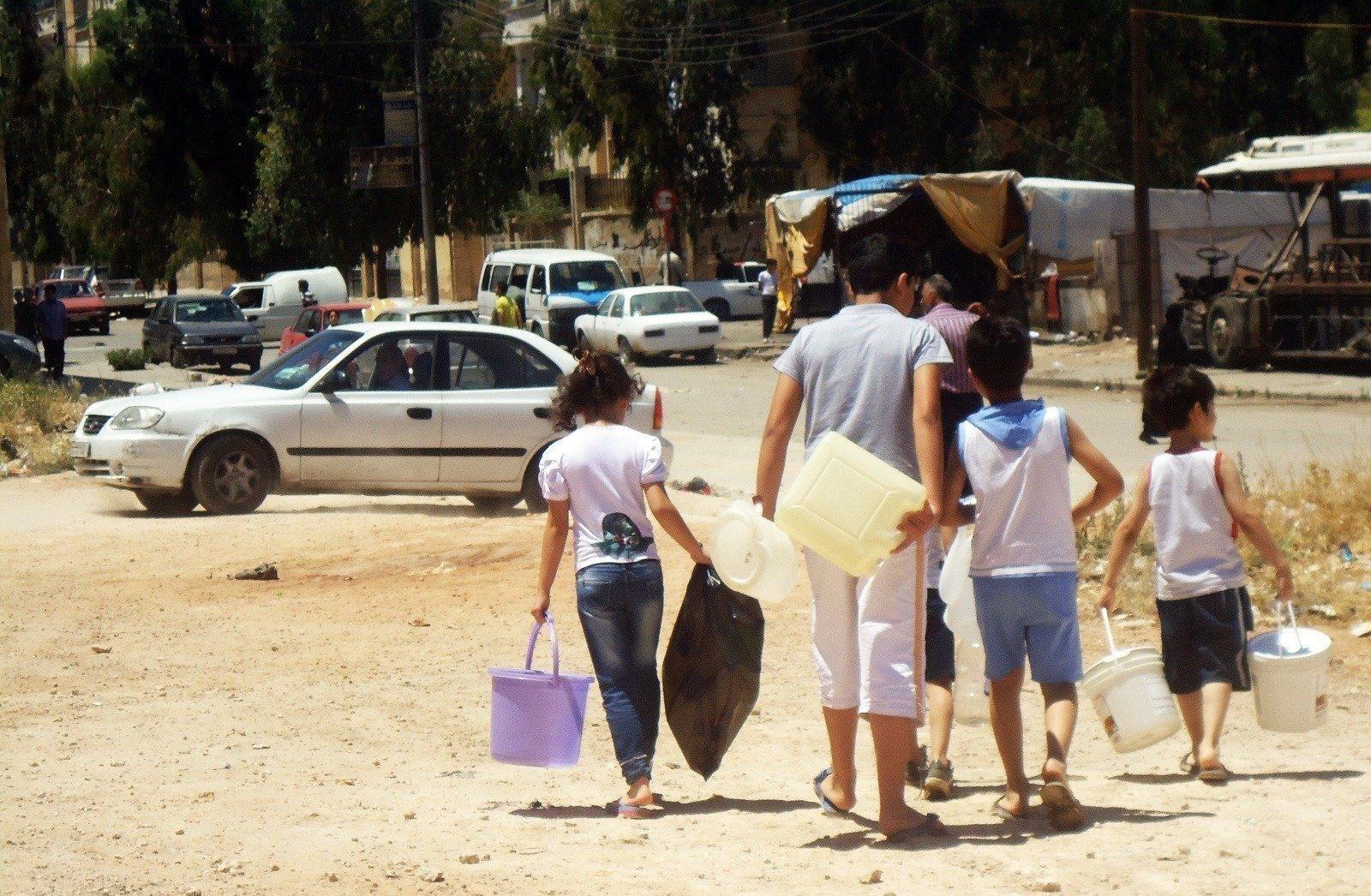 Des enfants à la recherche d'eau. Plus de 2 millions de personnes n'ont pas eu accès à l'eau pendant des mois à cause de la pénurie qui a sévi dans la ville déchirée par la guerre.