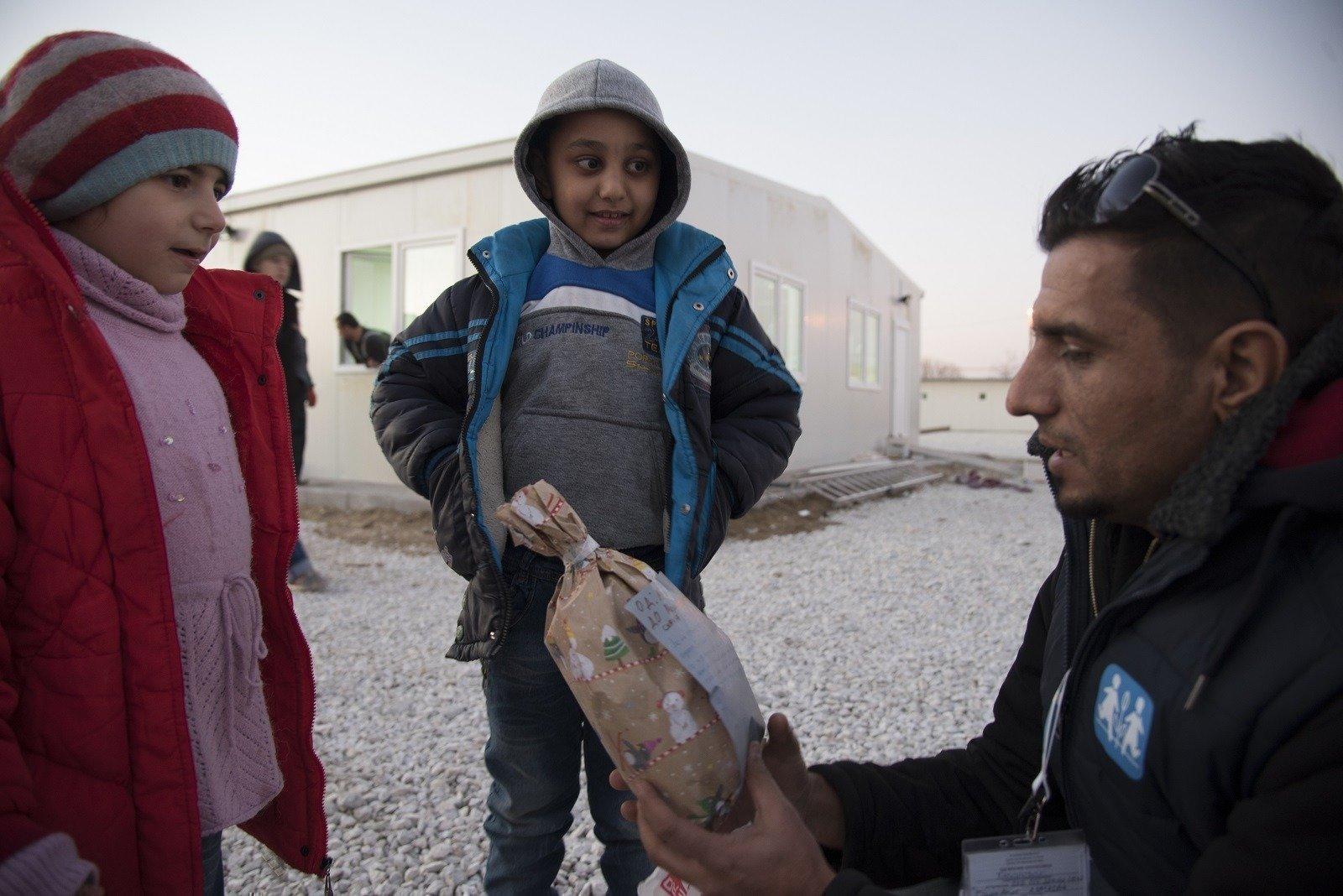 SOS-Kinderdorfmitarbeiter mit syrischen Kinder im Aufnahmezentrum in Mazedonien.