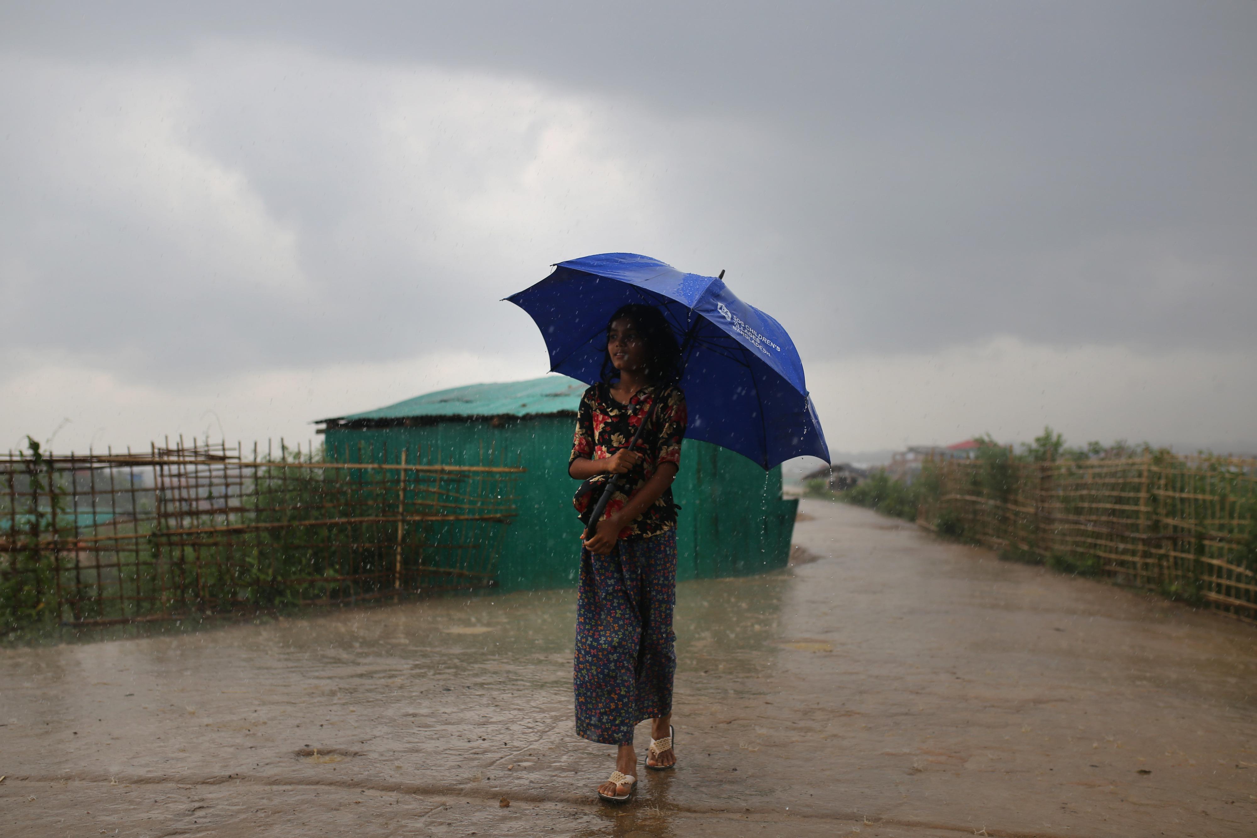 la pioggia incessante nel campo profughi di Rohingya, in Bangladesh. Dopo le inondazioni, l'acqua stagnante provoca una maggiore diffusione della dengue
