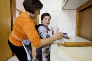 Oscar liebt es mit seiner SOS-Mama Zeit zu verbringen