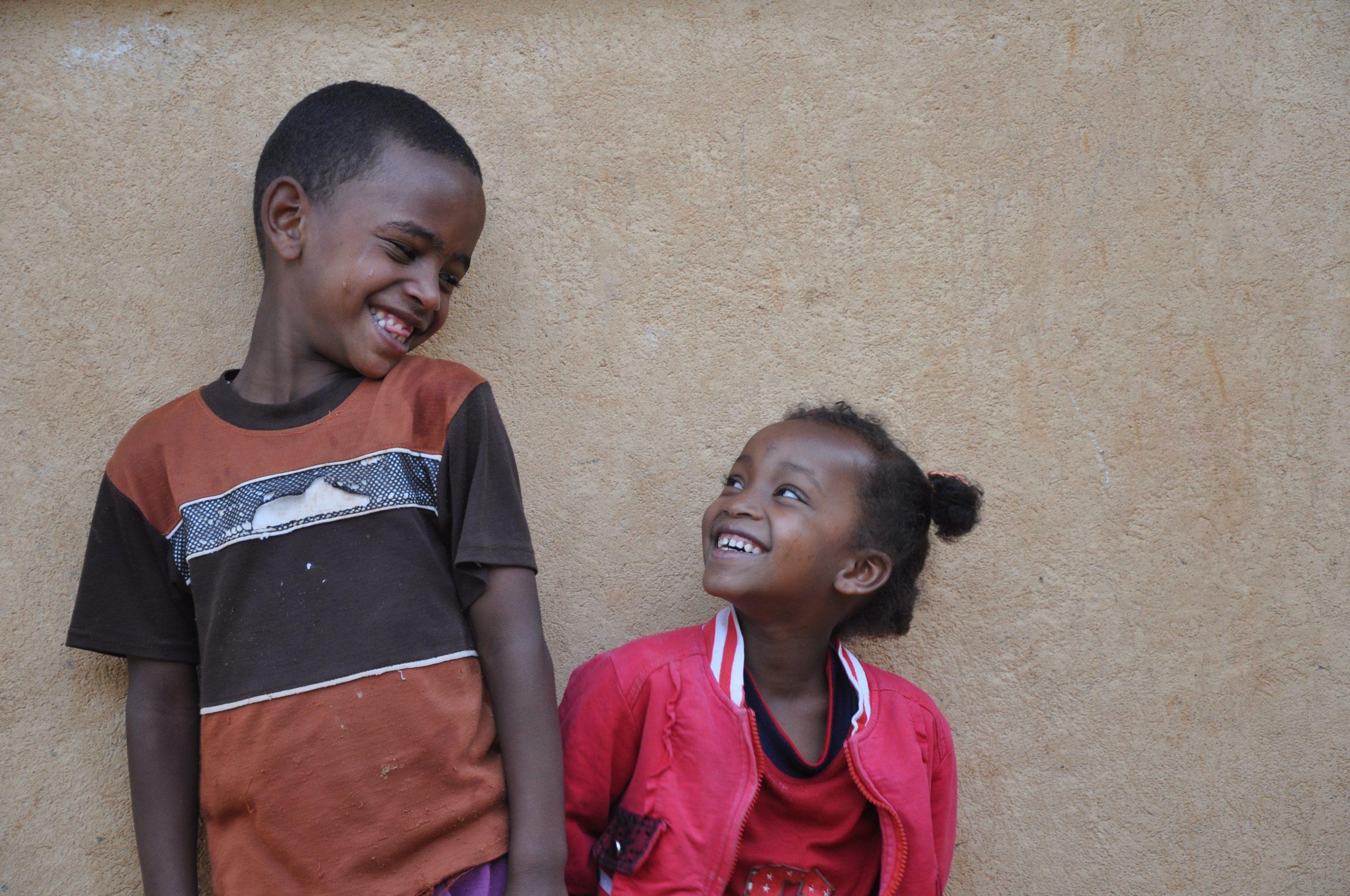 Tizita (5 ans) et son frère Birbane (8 ans) vivent avec leur grand-mère Amara (58 ans).