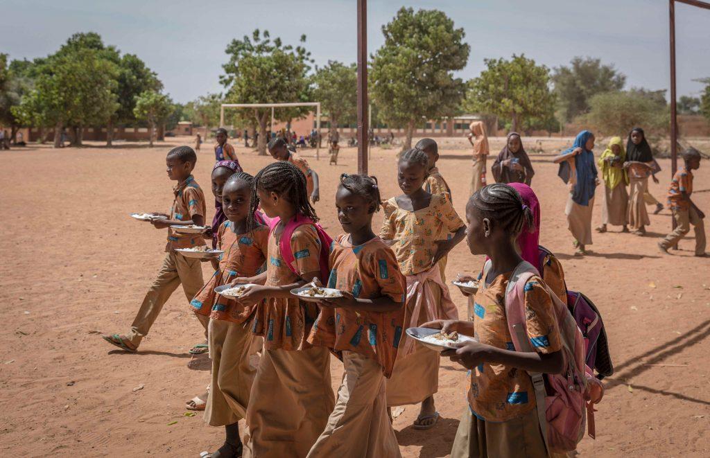 Schulkinder beim Essen in Niamey.