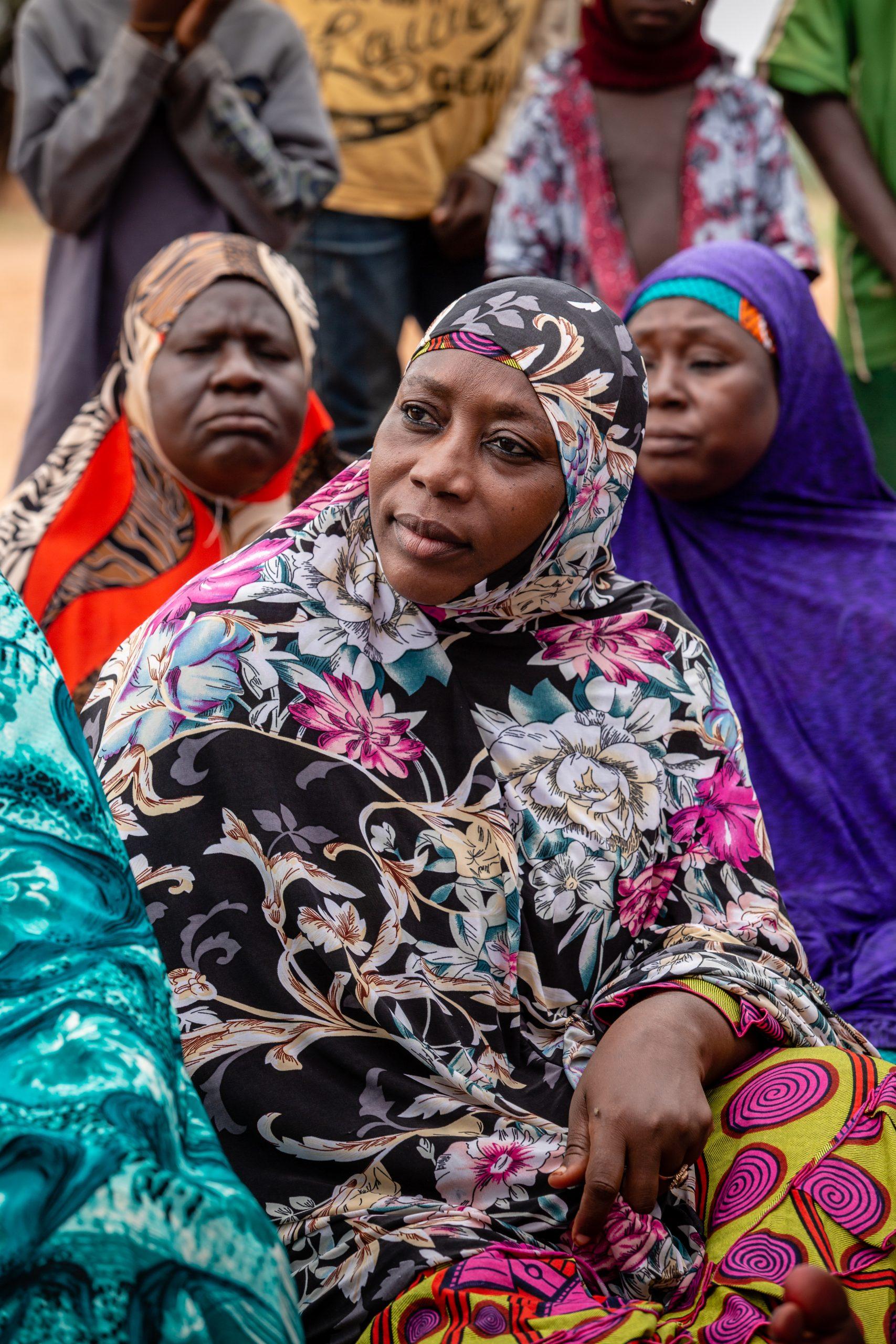 Le donne del gruppo discutono la pianificazione attuale.