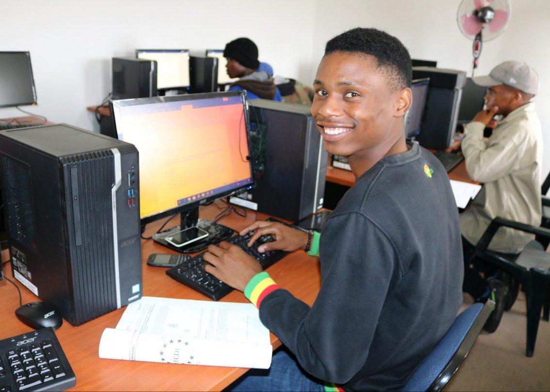 Einer der Auszubildenden nutzt die neuen Computer von Acer.