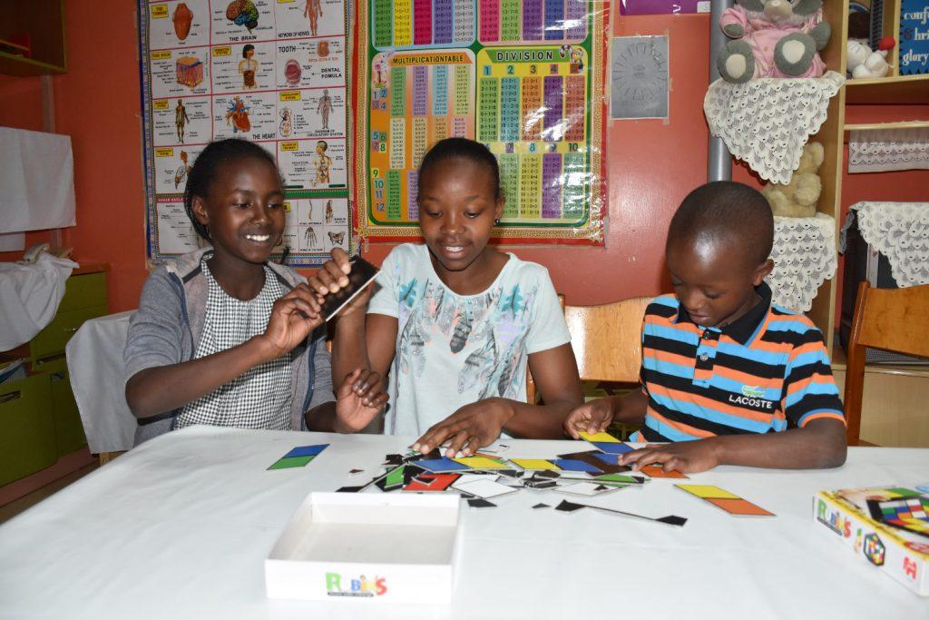 Kinder im SOS-Kinderdorf in Nairobi bei einer gemeinsamen Lernübung.