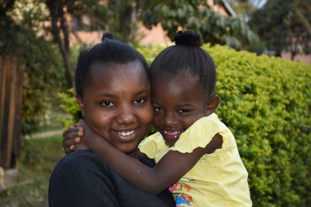 Zwei Schwestern aus dem SOS-Kinderdorf teilen einen glücklichen Moment.