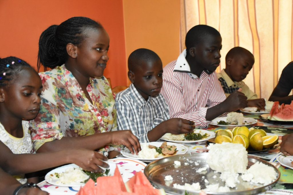 Die Kinder und ihre SOS-Mutter beim gemeinsamen Essen.