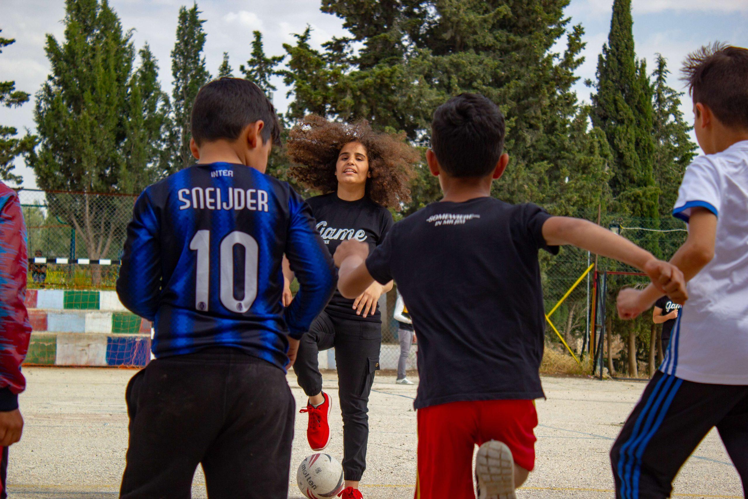 Chaque week-end, Amal incite les enfants à faire du sport.