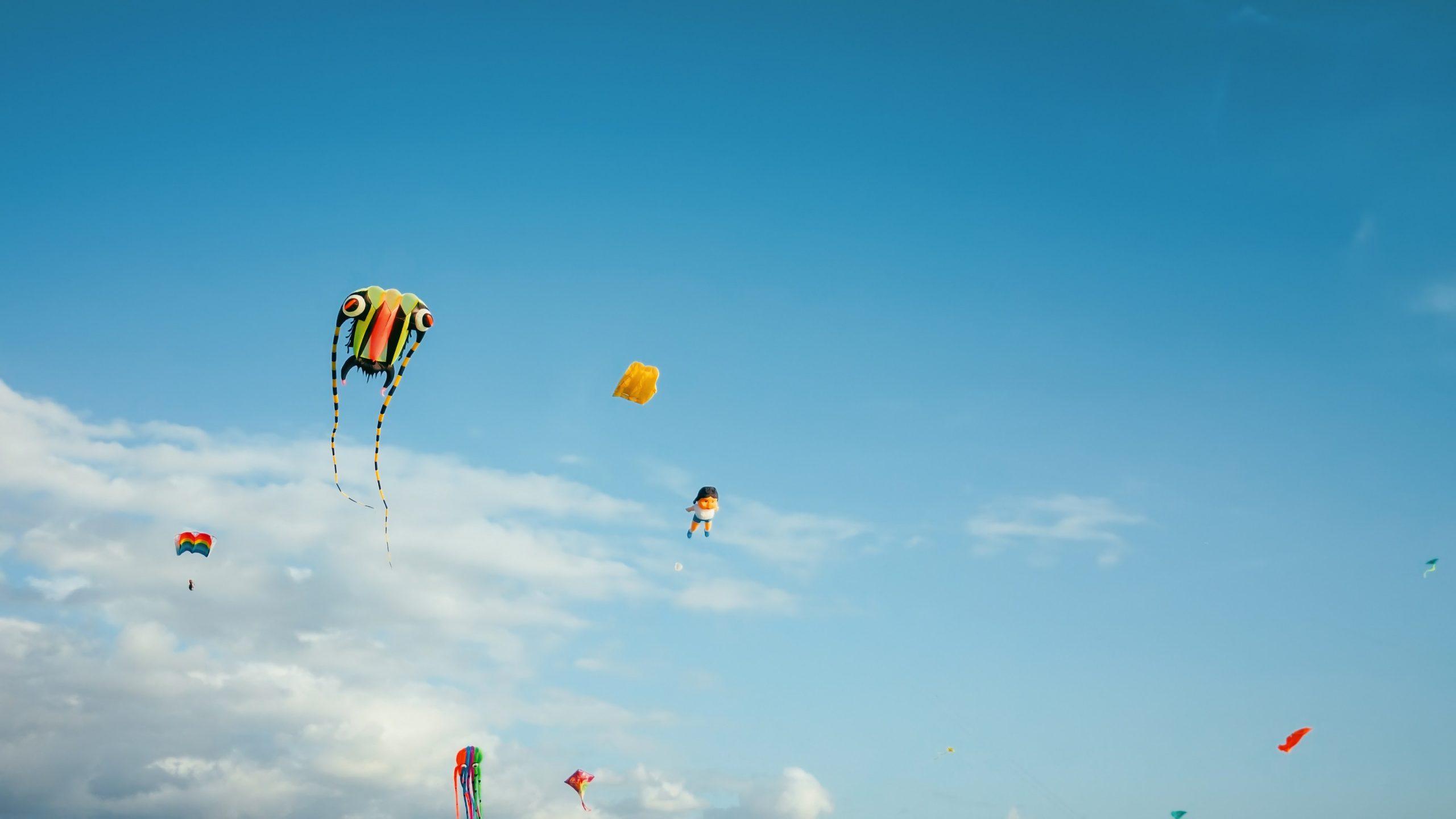 In Grecia, questo è un giorno ricco di cose da fare e si fanno volare gli aquiloni.
