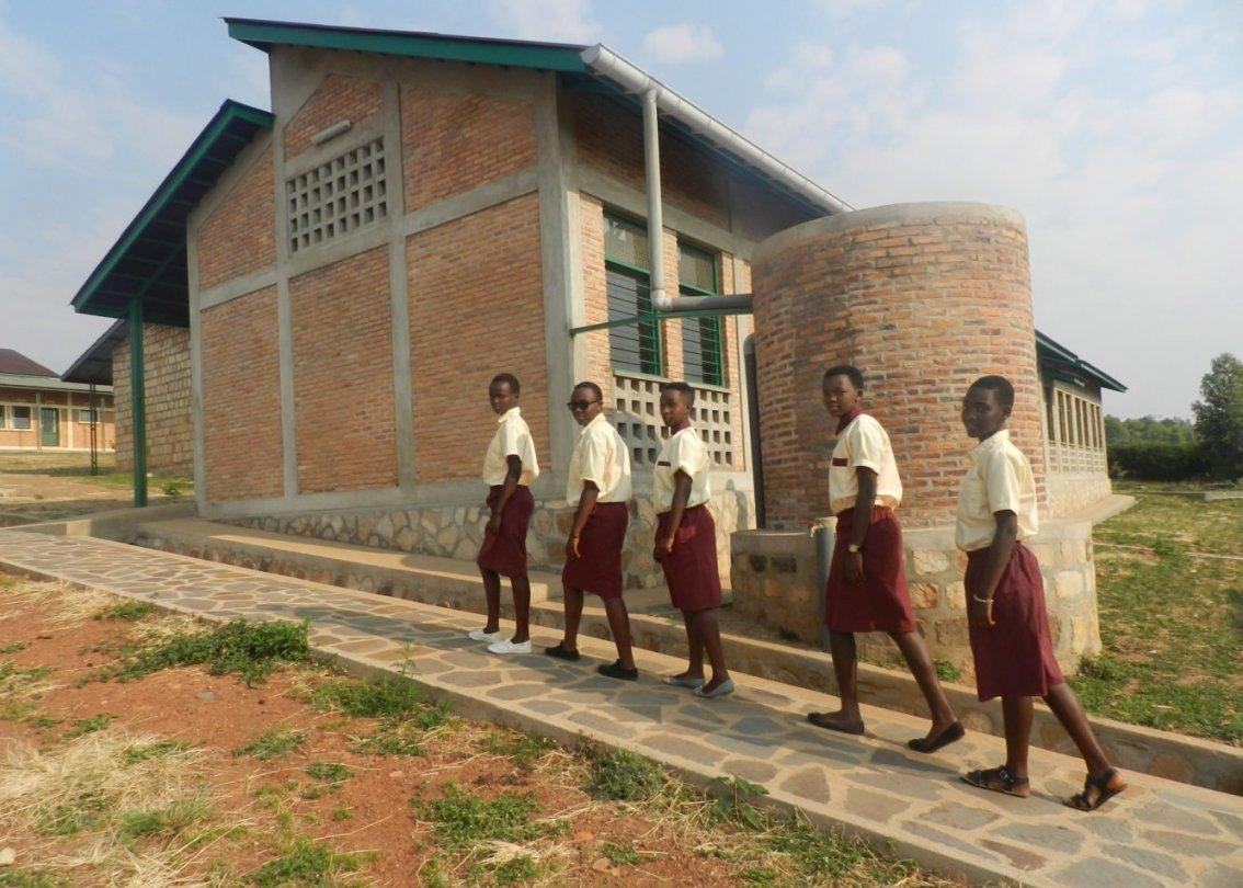 Mädchen aus Burundi auf dem weg zur Schule