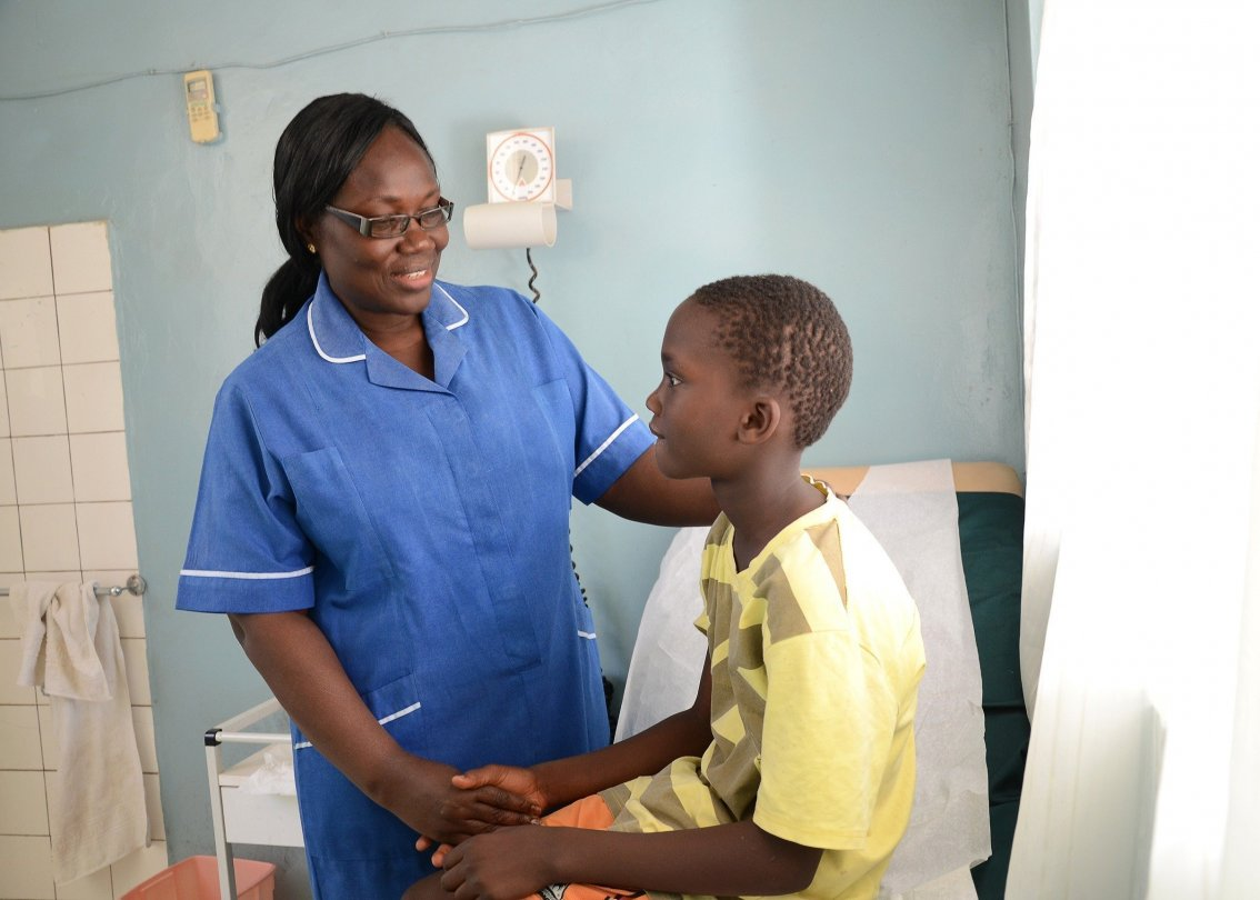 Eine Schwester behandelt einen Jugendlichen.