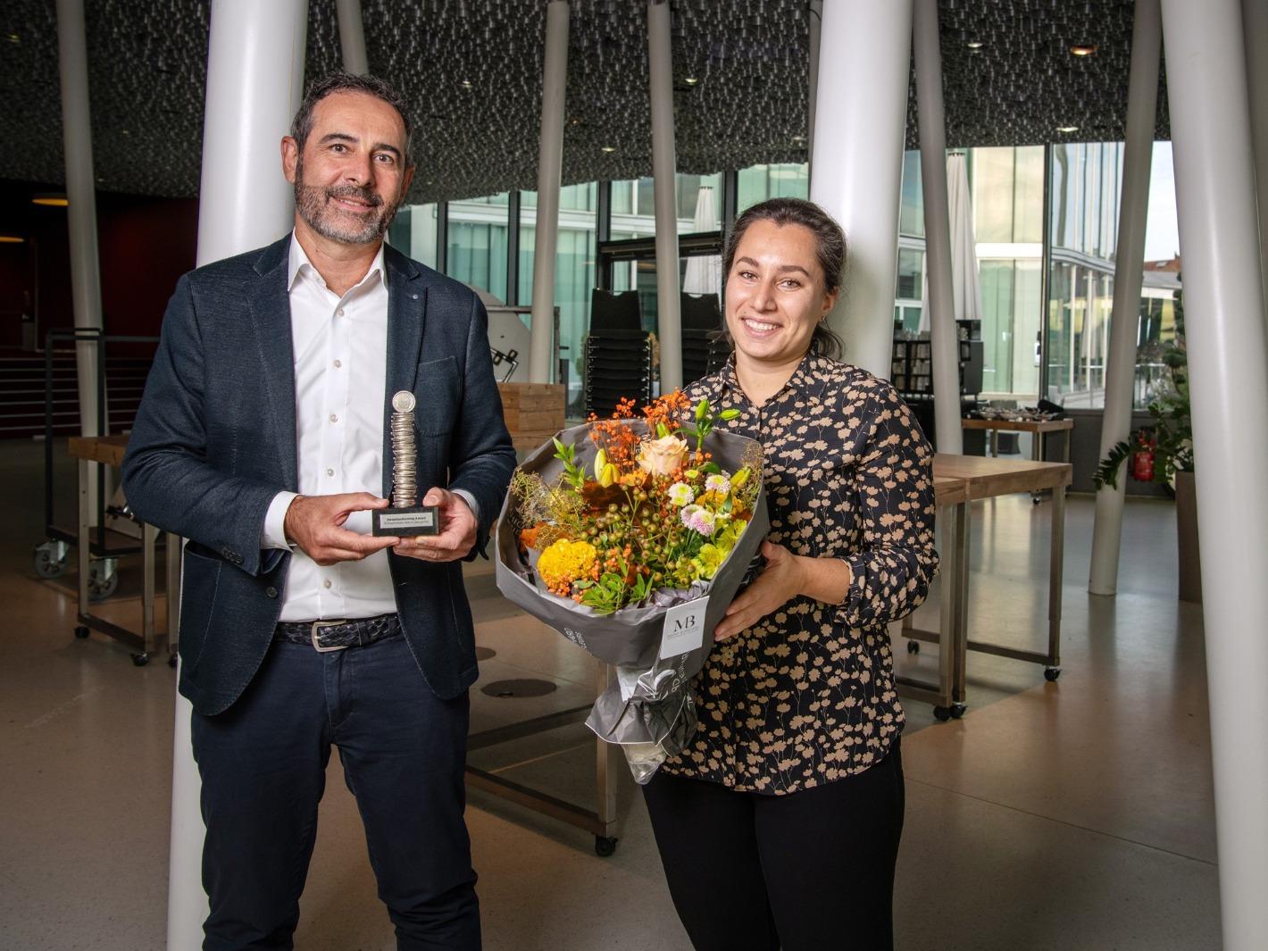 Alain Kappeler und Derya Kilic von SOS-Kinderdorf Schweiz nehmen den Swissfundraising-Award entgegen.