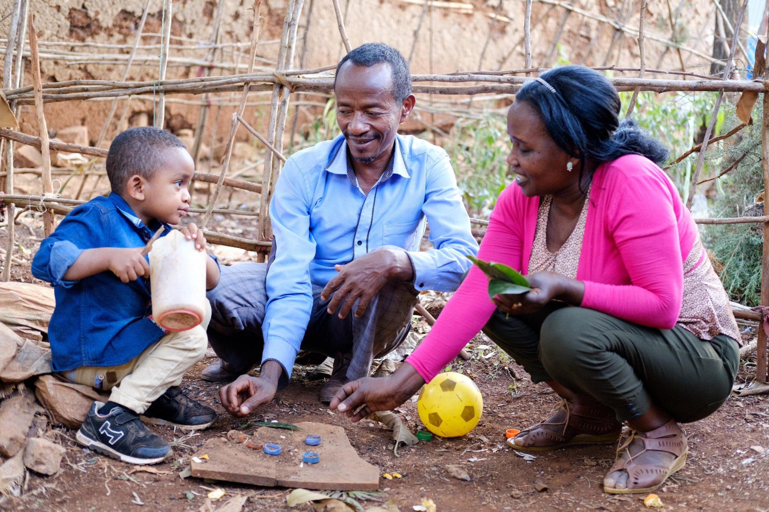Zelalem, Tadele und Bogalech (v.l.) haben Spass beim Spielen.