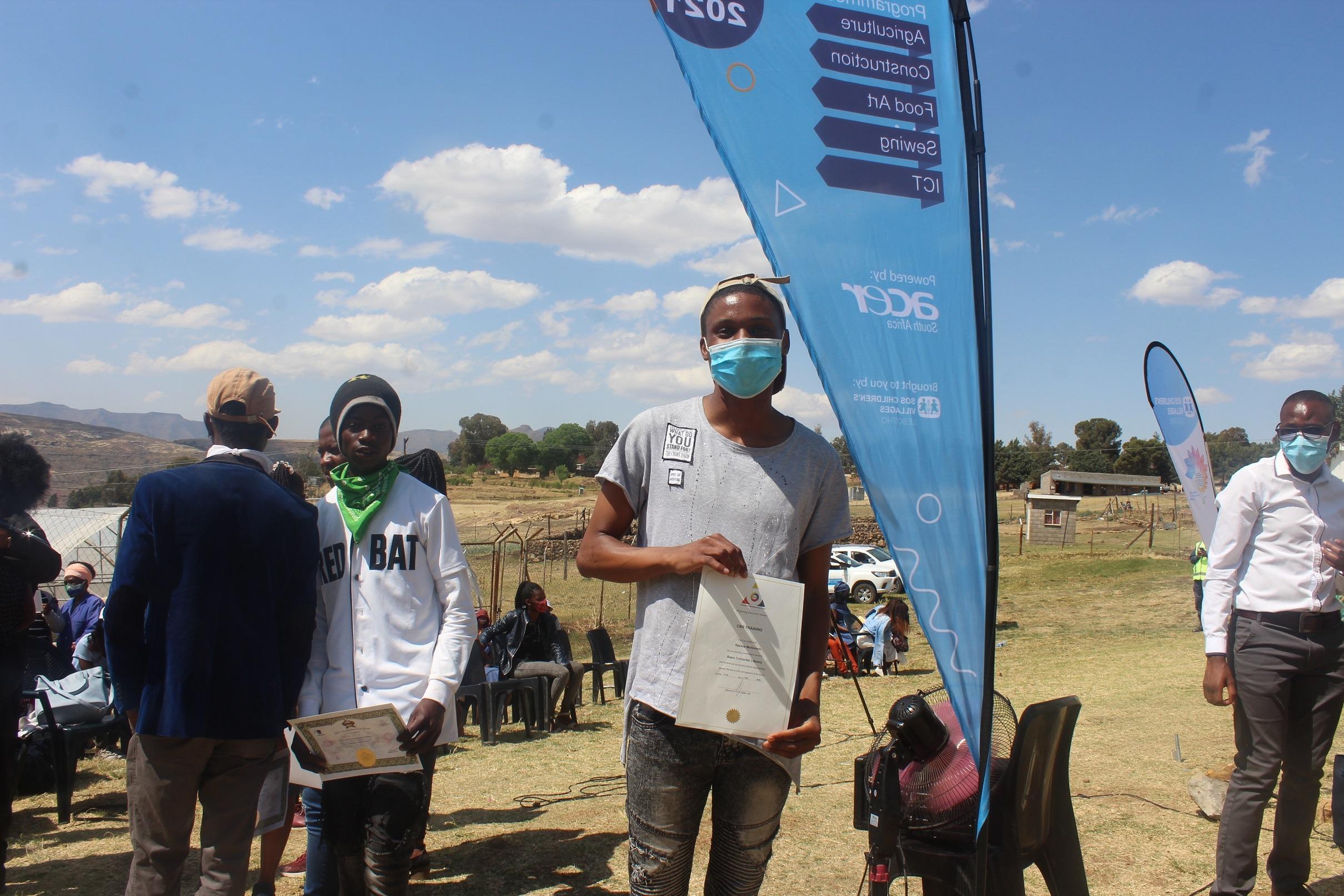 Khosi del Lesotho mostra con orgoglio la sua laurea.