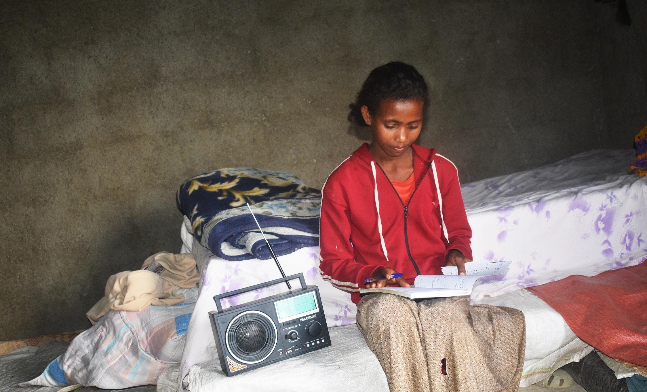 Tigist dall'Etiopia ha potuto continuare le sue lezioni grazie alla radio.