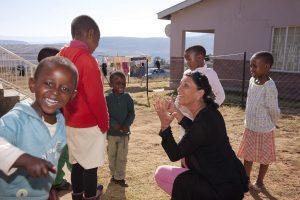 Maria Walliser mit Kindern im SOS-Kinderdorf Quthing. Foto by Christof Sonderegger