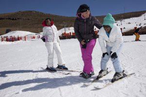 Maria Walliser und die Kinder vom SOS-Kinderdorf Lesotho beim Skifahren im AFRISKI Resort in Lesotho. Foto by Christof Sonderegger