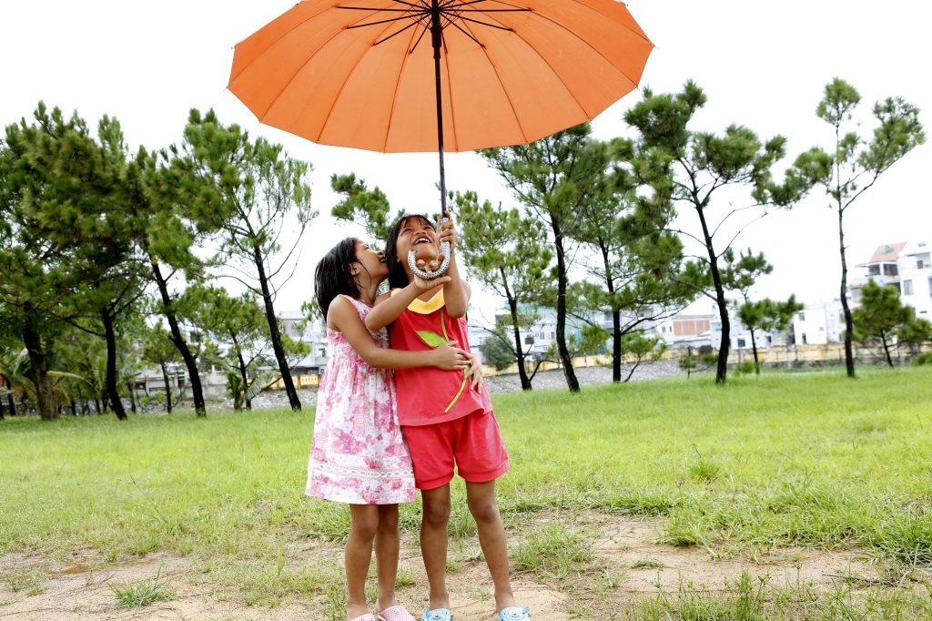 Con un ombrello SOS sostenete programmi relativi ad assistenza e protezione.